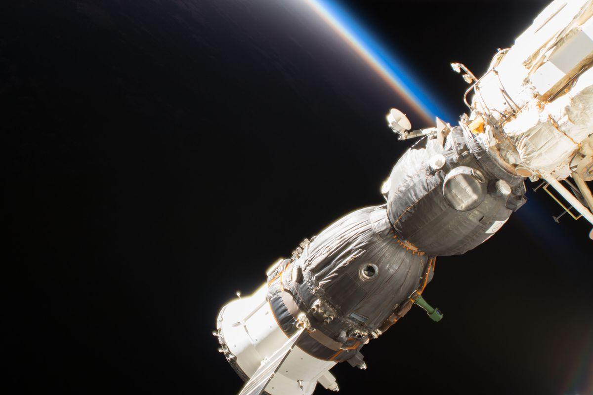 Астронавты Роскосмоса вновь занялись расследованием утечки на МКС